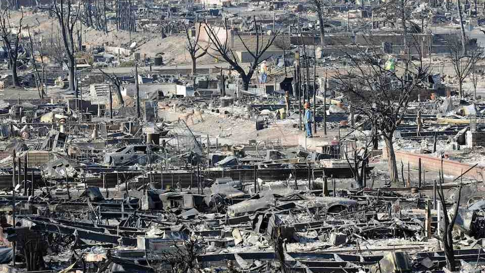 EVACUEES FROM SYLMAR MOBILE HOME PARK TAKE THEIR FIRST LOOK AT FIRE-RAVAGED COMMUNITY